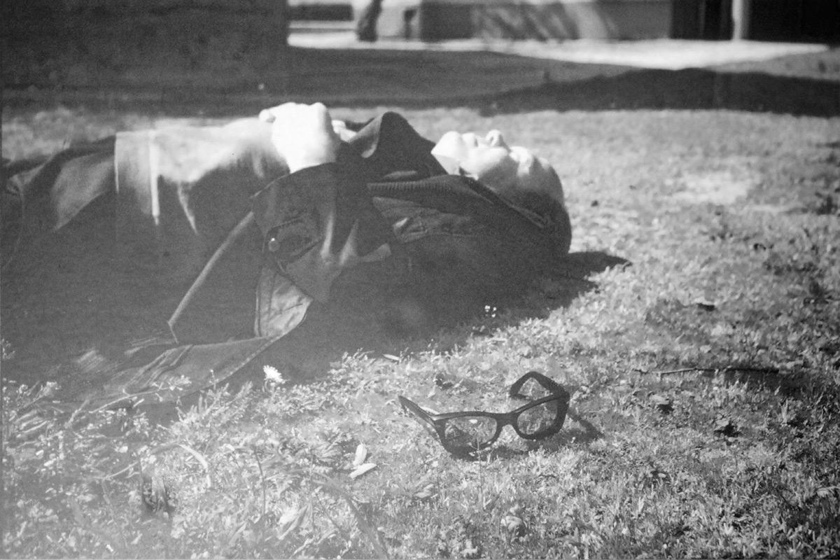 Cemil Meriç, bugün gördüğümüz fotoğraflarındaki siyah camlı gözlüğünü fırlatmış bir kenara ve uzanmış yeşillere. Ümit Meriç hanımefendinin evindeyken bizim için çıkarttığı eski fotoğraflardan kendisinin izniyle çektiğim ve yayın müsadesi aldığım bu fotoğraf belki de ilk kez internette yayınlanıyor.